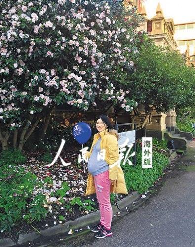 中国侨网就读于澳大利亚墨尔本大学生物医学专业的马春燕刚刚获得2016年国家优秀自费留学生奖学金。 图为刚刚交了毕业论文的马春燕。