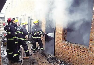 庆阳市西峰区一出租屋起火 消防队员抢出喷火气罐