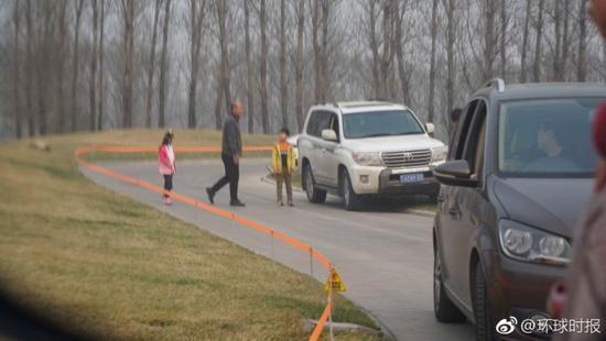 北京再现游客下车游猛兽区 专家:建议立法禁止自驾游动物园