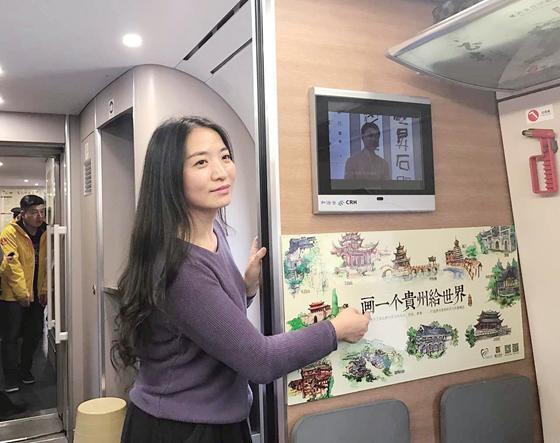 美女画家手绘沪昆高铁贵州旅游图爆红网络 成高铁一景