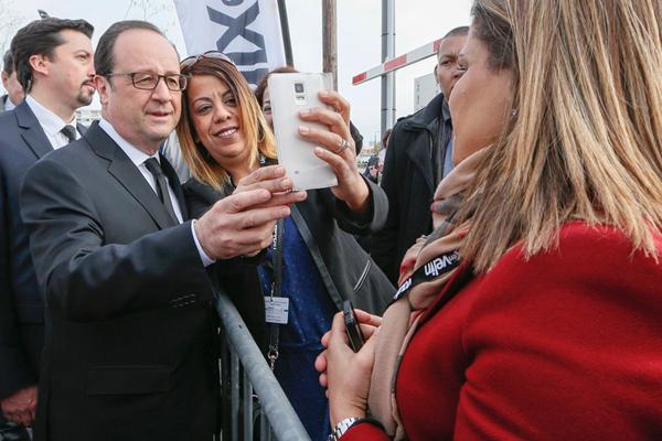 有点萌 法国总统奥朗德与民众自拍亲上手调整角度