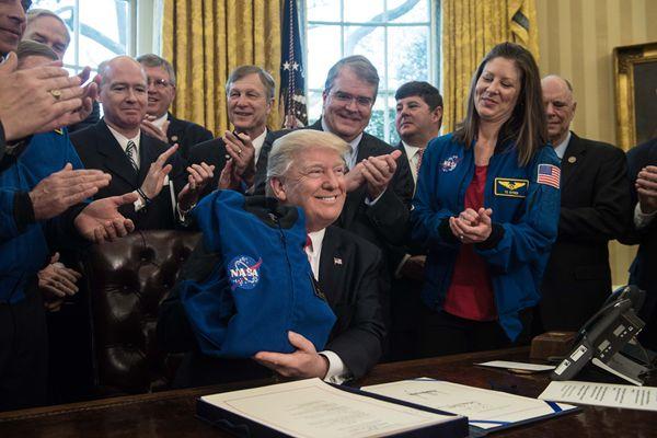 特朗普签署法案增加NASA资金 获赠夹克