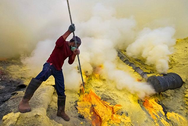 印尼硫磺矿工冒火山喷发危险艰苦工作
