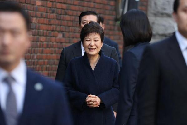 韩前总统朴槿惠结束问讯后返家 向支持者微笑致意