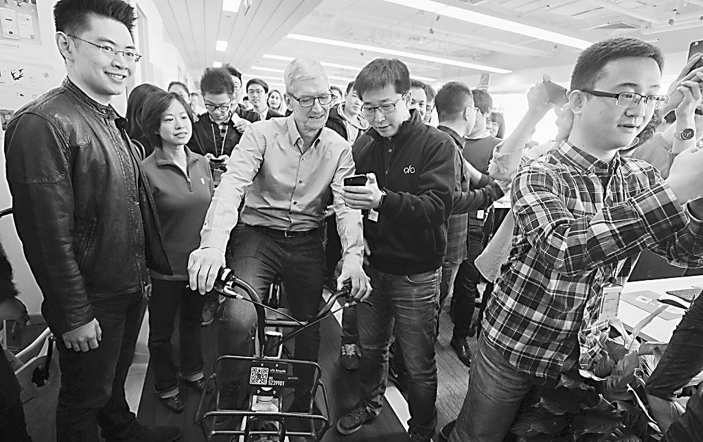 苹果发布特别版iPhone 库克现身北京骑小黄车