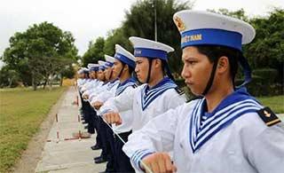 越南新兵训练学中国拉绳站队列