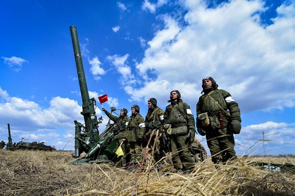 俄罗斯军队进行火力战术演习 展示战斗技能
