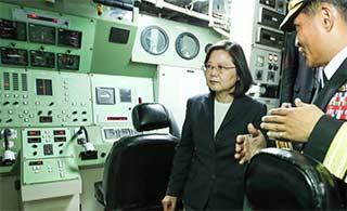 蔡英文视察台老旧潜艇把玩潜望镜