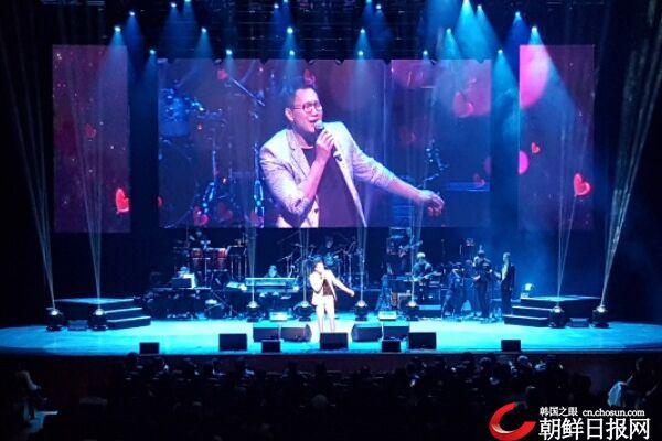 韩歌手郑淳元参加美国蒙面歌王演唱会