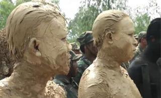 差点看错成兵马俑 越南士兵浑身涂满泥巴伪装
