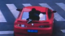 男友开车狂奔女友趴车尾
