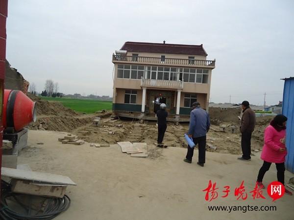 村民花12万把三层楼平移150米 给省道让路