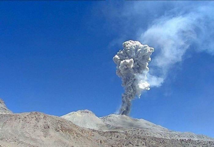 秘鲁最活跃火山喷发 火山灰柱高达两千米