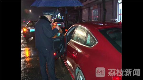 女子将奥迪车停路边4小时未熄火 只为赶场打麻将