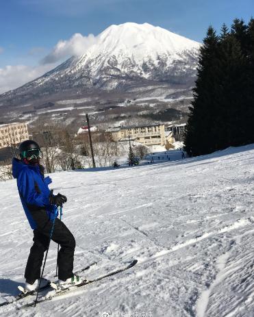晓宇女友雪场秀身姿 宣布自己爱上滑雪