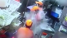 江苏某酒店后厨 两洗碗工发生摩擦一人被泼开水