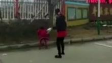 实拍因女儿尿裤子 母亲拿树枝猛抽其至吐血