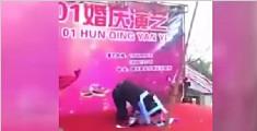 男子手撑塑料凳欲倒立 不料直接压穿凳子头顶地