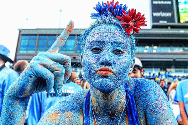 美大学生全身涂满蓝色亮片为赛事助威重拾自信