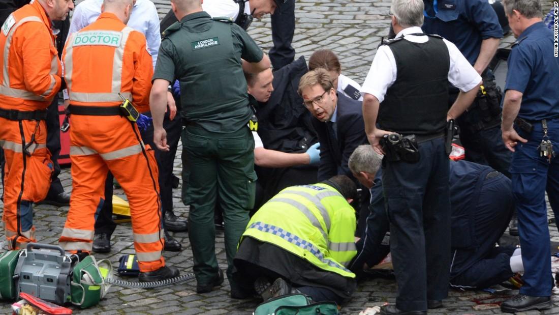 别人在逃,他在救人!英议员施救遇难警察成国民英雄