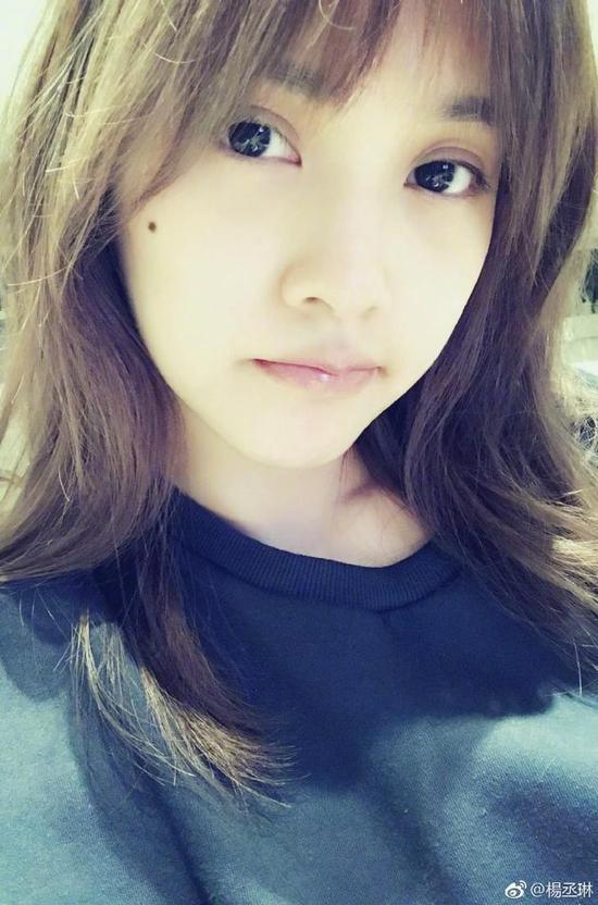 """""""照片中,杨丞琳一脸素颜,披着一头长发,皮肤光滑细嫩,如少女般清纯."""