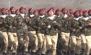 魔性的步伐:沙特特种兵阅兵一路蹦蹦跳跳