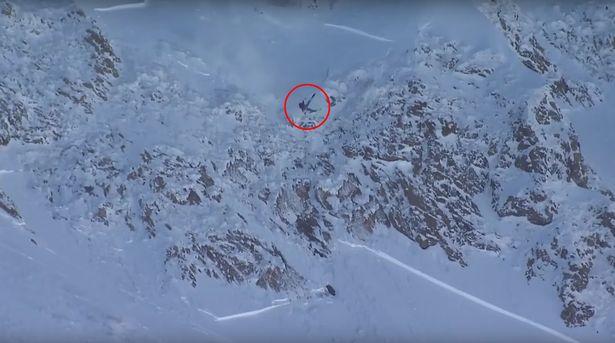 惊险!滑雪选手冲向锋利岩石边缘 高空坠落未受伤