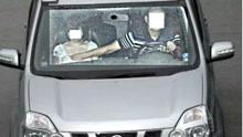 交警友情提醒开车别乱摸 会被电子警察拍照