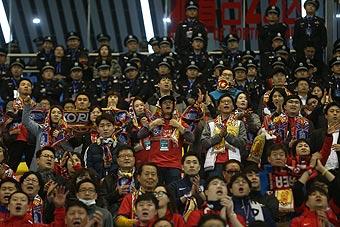 中韩大战!赛场边上韩国球迷的表情亮了