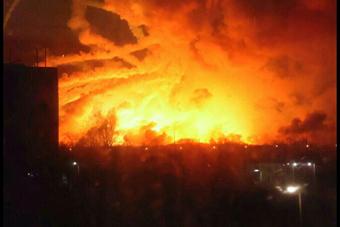 乌克兰弹药库起火爆炸 燃起硕大蘑菇云
