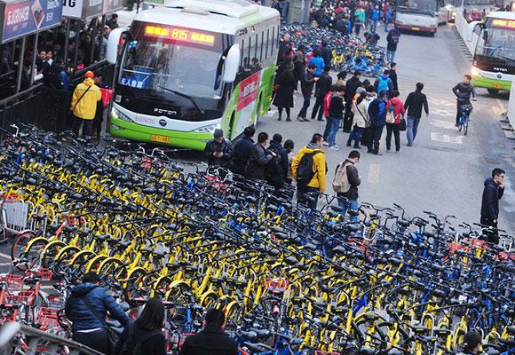 北京上千辆共享单车围住公交车站