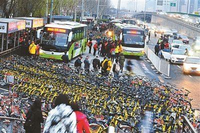 上千共享单车围困公交车站 单车占道打破站台秩序