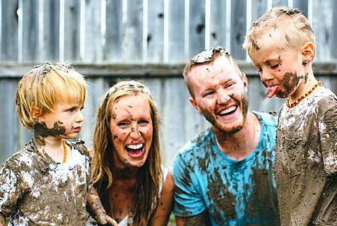 会玩!美男子与孕妻带两儿子大玩泥巴