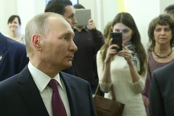 """魅力不减!俄罗斯总统普京看演出遭美女""""偷拍"""""""