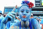 美大学生全身涂满蓝色亮片