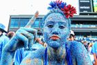 大学生全身涂满蓝色亮片