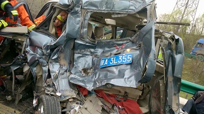 陕西西临高速发生车祸致6死3伤 面包车被撞烂(图)