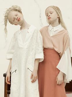 巴西白化病双胞胎当模特 展独特之美