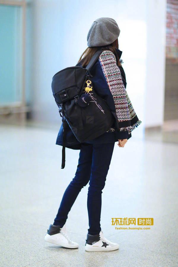 董洁素颜现身机场  最新潮搭时尚靓丽
