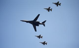 美军B-1B战略轰炸机现身朝鲜半岛上空