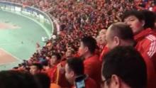中韩大战现场球迷着装一片红海