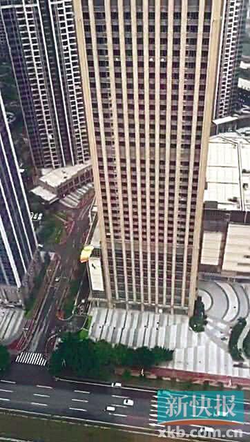 广州市区高楼有人跳楼?原来是一男子在玩跳伞