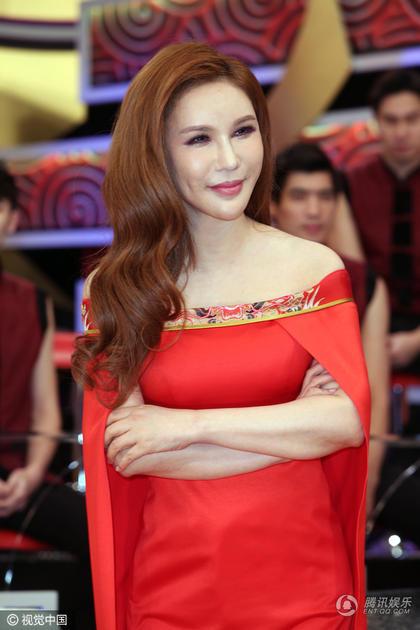 她是台湾版金星 54岁穿一字肩红裙秀性感