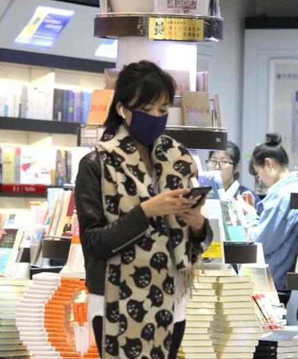 才女是怎么养成的?徐静蕾停留杭州机场逛书店