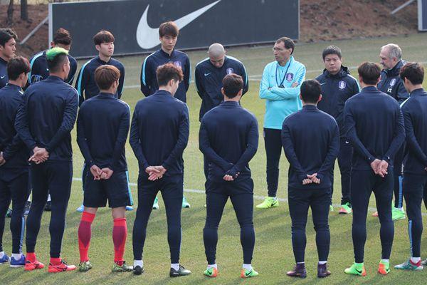 输球回国后的韩国队,队员和教练都面露愁容