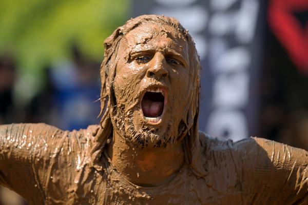 以色列举行疯狂泥巴障碍赛 选手泥坑里摸爬滚打