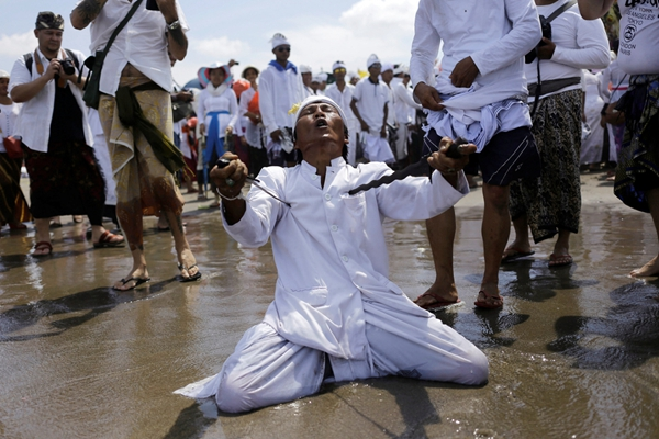 """印尼巴厘岛迎来新年安宁日 神秘""""催眠术""""刀枪不入"""