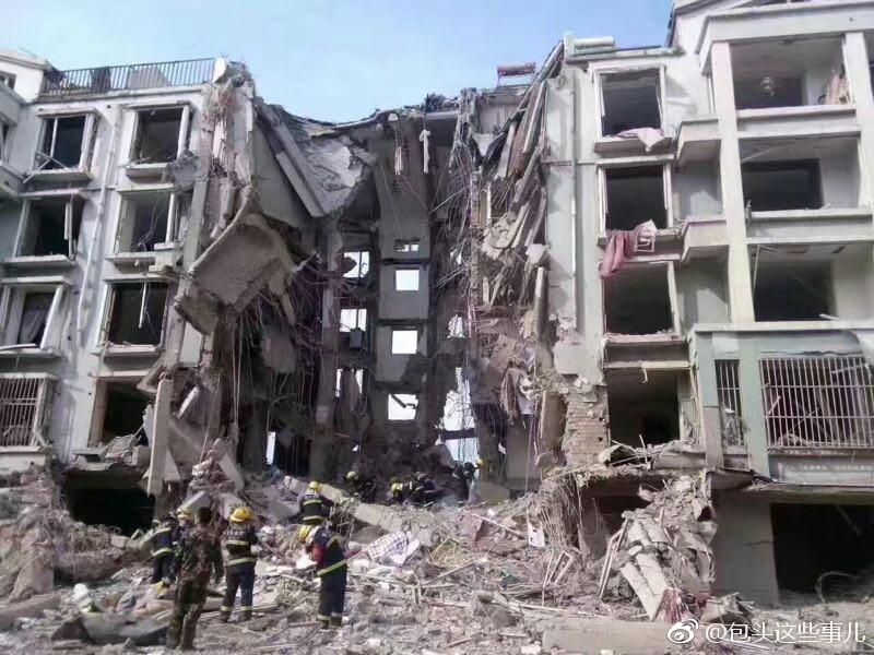 内蒙一居民楼天然气管道爆炸 楼体塌陷