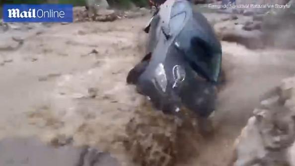 秘鲁10年一遇洪灾 男子洪水中开车:这一幕太惊险