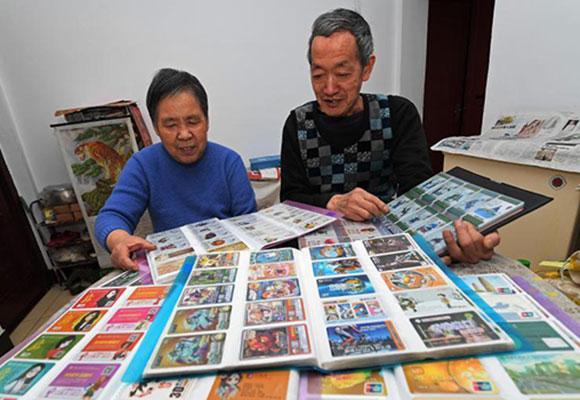 太原7旬老人6年收藏超7万张广告卡片